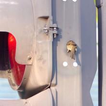 信号機に入るスズメ