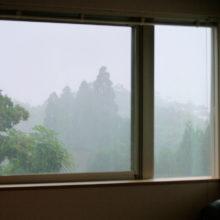 窓の外に強い雨